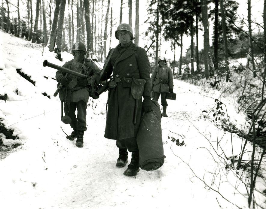 Abrumados por el avance de los alemanes, los miembros del 101º Batallón de Ingenieros del ejército ...