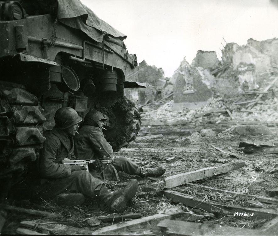 Los soldados de la 9ª División de Infantería de los Estados Unidos fuman tras un tanque ...