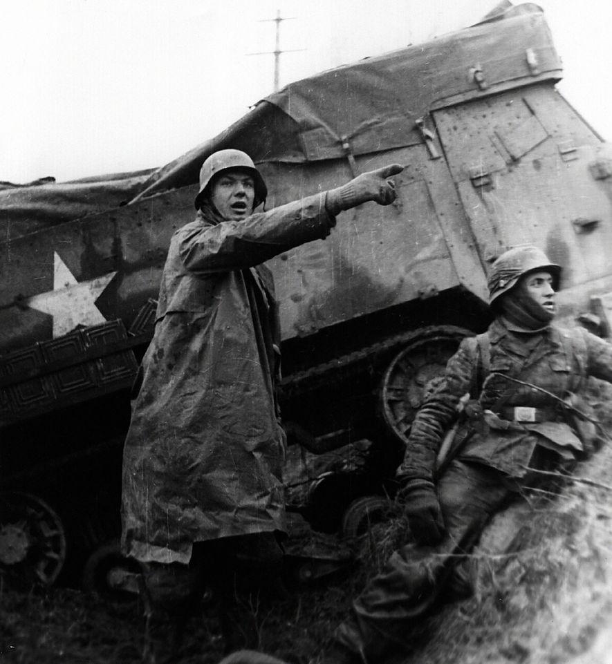 Los soldados de las Waffen-SS alemanas, que aún esperan que su ataque sorpresa funcione, se protegen ...