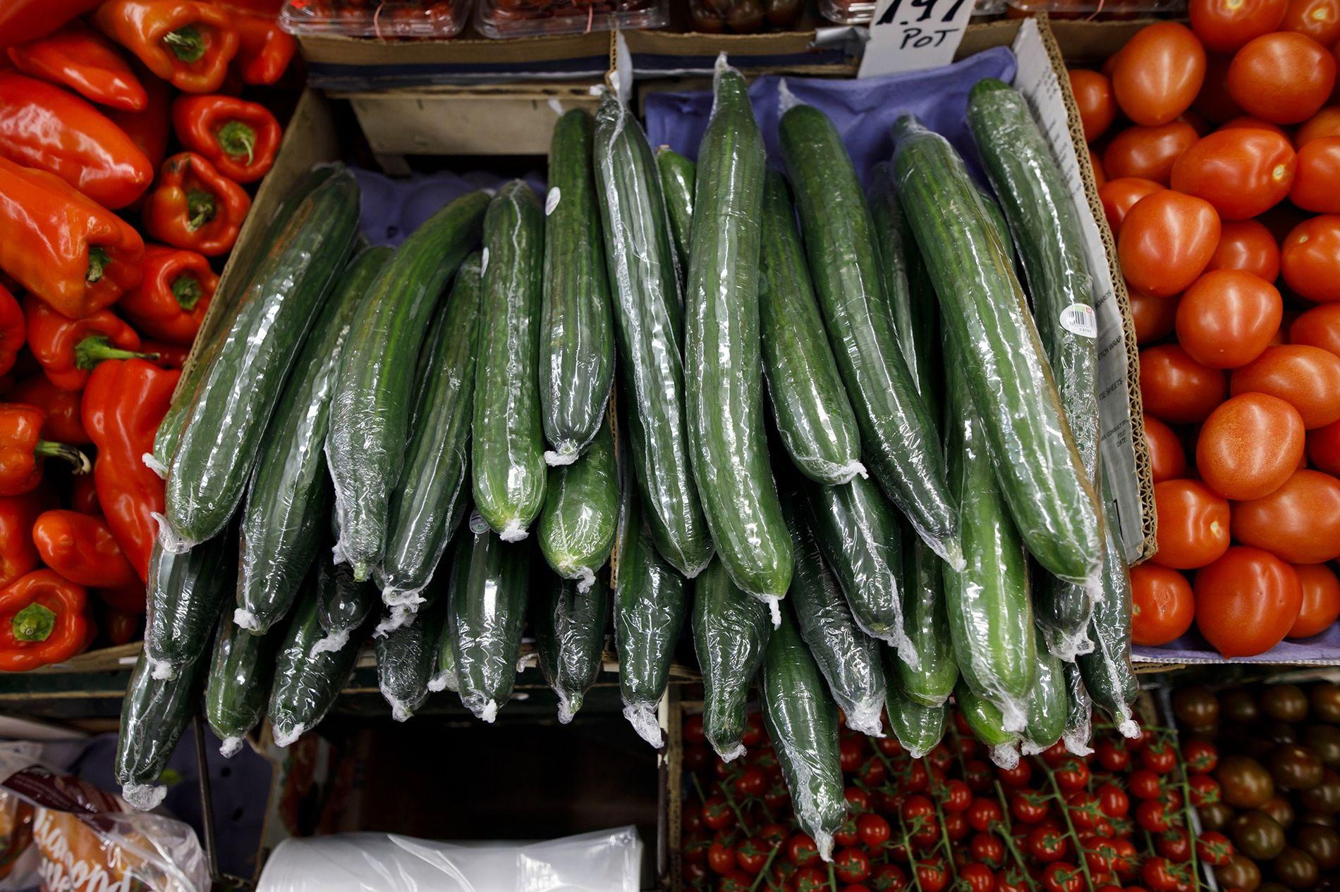 Pepinos envueltos en plástico