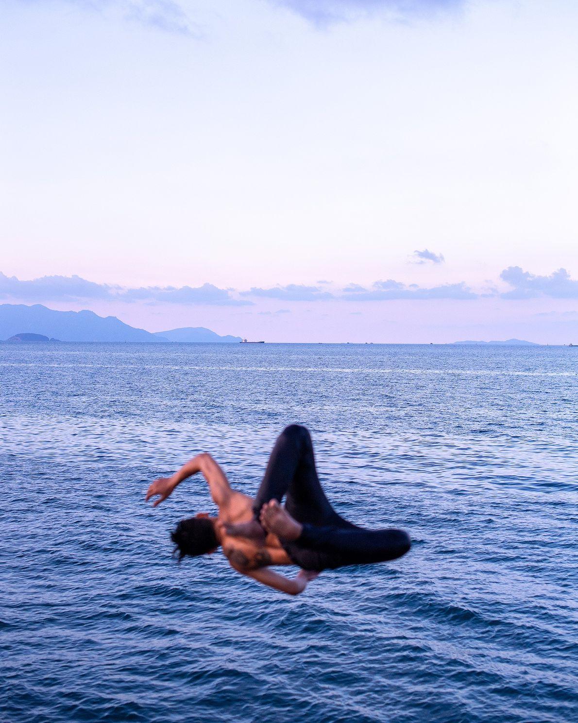 Un hombre salta al agua