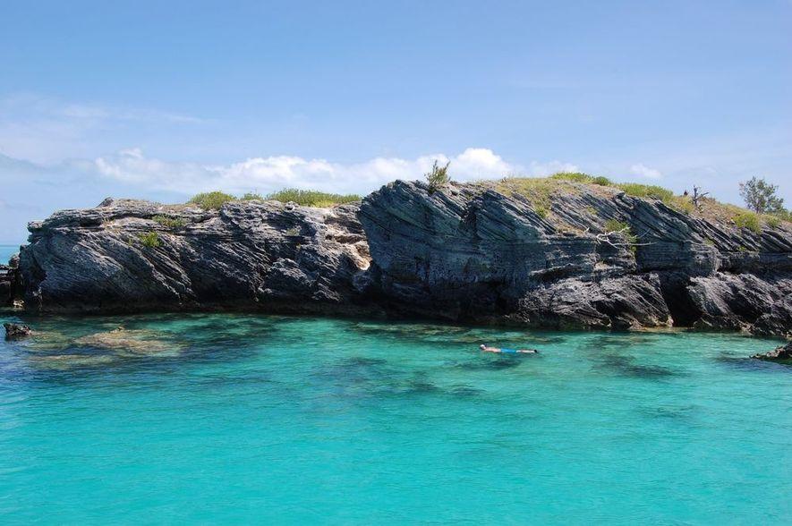 Buceador en las aguas claras del Triángulo de las Bermudas
