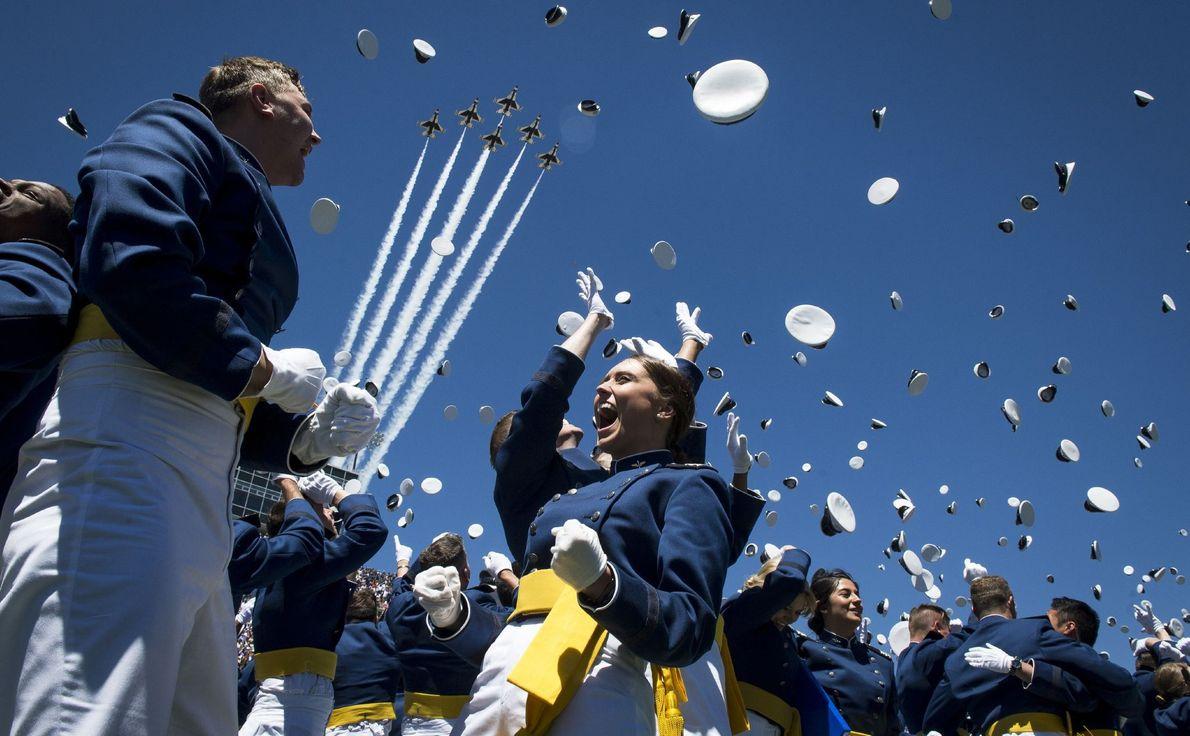 Graduados de la Academia de las Fuerzas Aéreas de Estados Unidos en Colorado Springs, Colorado, celebran …