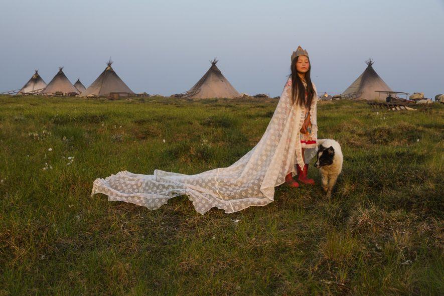 Península de Yamal, Rusia  La fotógrafa Evgenia Arbugaeva sacó esta foto de Kirstina Khudi, una niña que ...