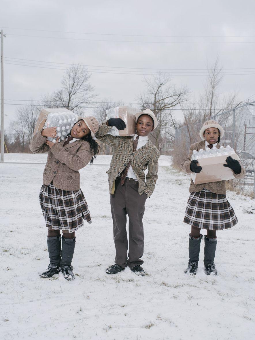 Flint, Míchigan  Estos niños llevan botellas de agua asignadas de forma gratuita a todos los habitantes de ...