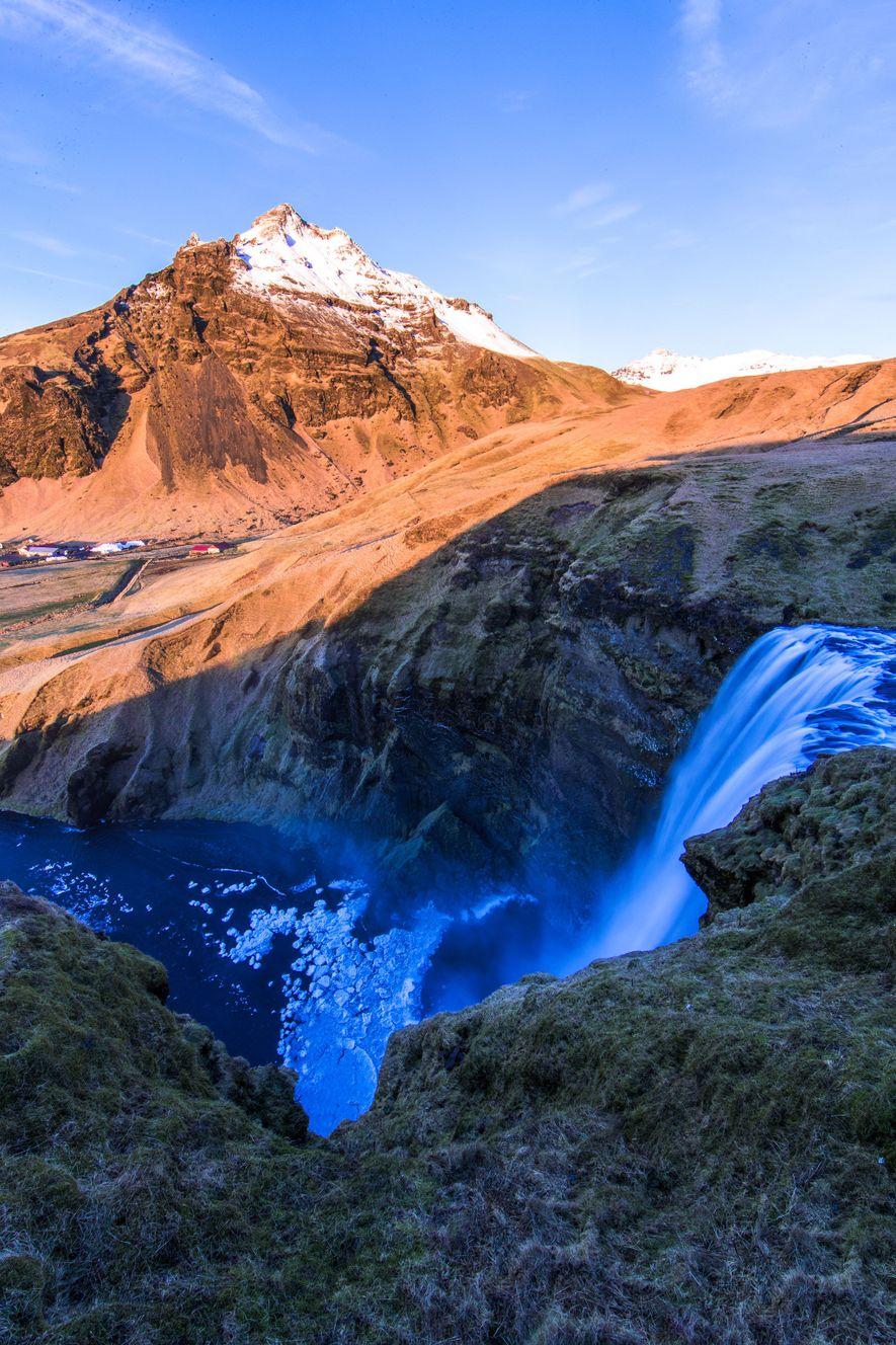 Skógafoss es una de las cascadas más emblemáticas de Islandia.