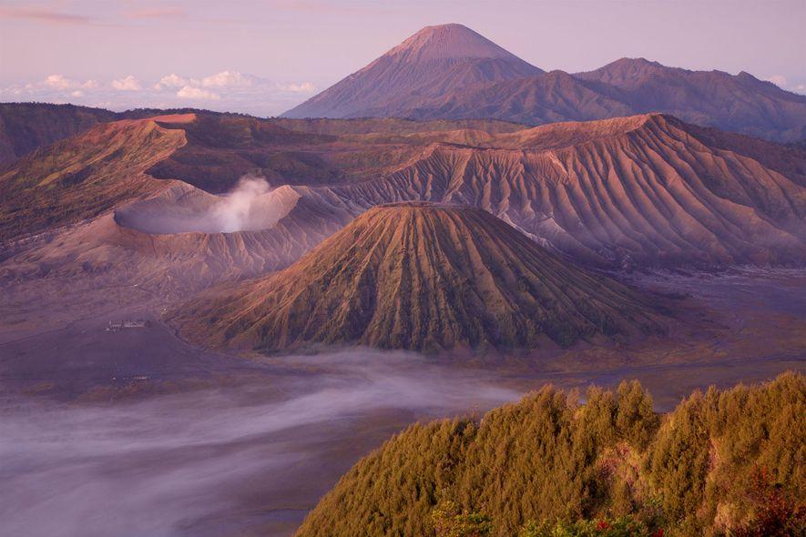 Las nubes envuelven el monte Bromo, un volcán activo en Java, Indonesia.