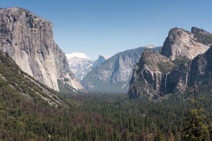 Las vistas espectaculares —como esta vista del salto de Bridal Veil— convierten a Yosemite en uno ...