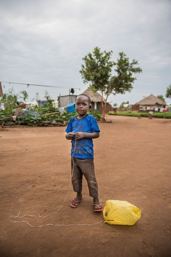 Un niño juega con una bolsa