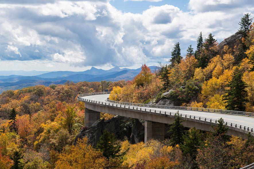El espectacular follaje otoñal cubre las montañas surcadas por la serpenteante carretera de Blue Ridge Parkway ...