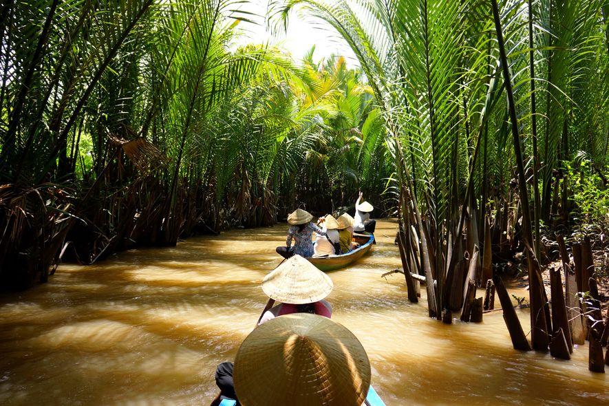 Hay innumerables formas de disfrutar de palmeras inclinadas, mercados flotantes y la biodiversidad del río Mekong, ...