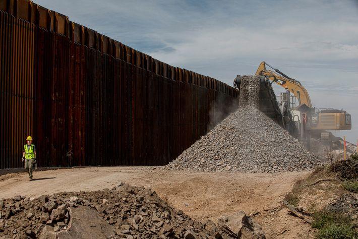 Cemento para la base del muro fronterizo