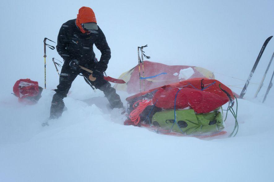 La meteorología era un problema constante cuando el equipo estaba en Alaska, donde a veces se ...