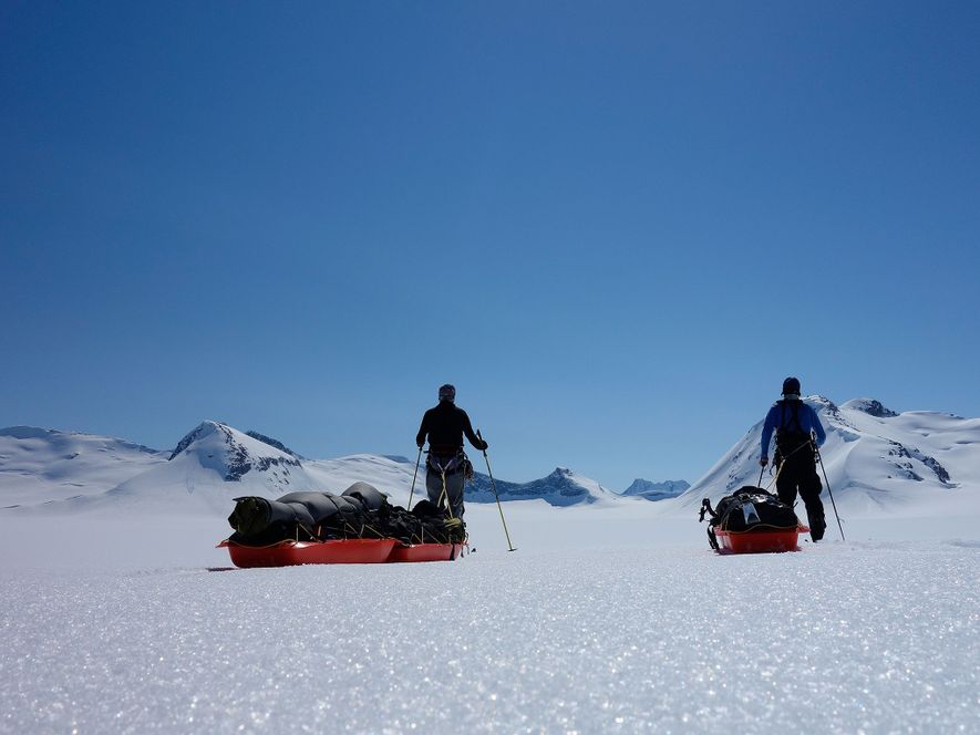Los aventureros posan para un autorretrato en un día despejado en la capa de hielo de ...