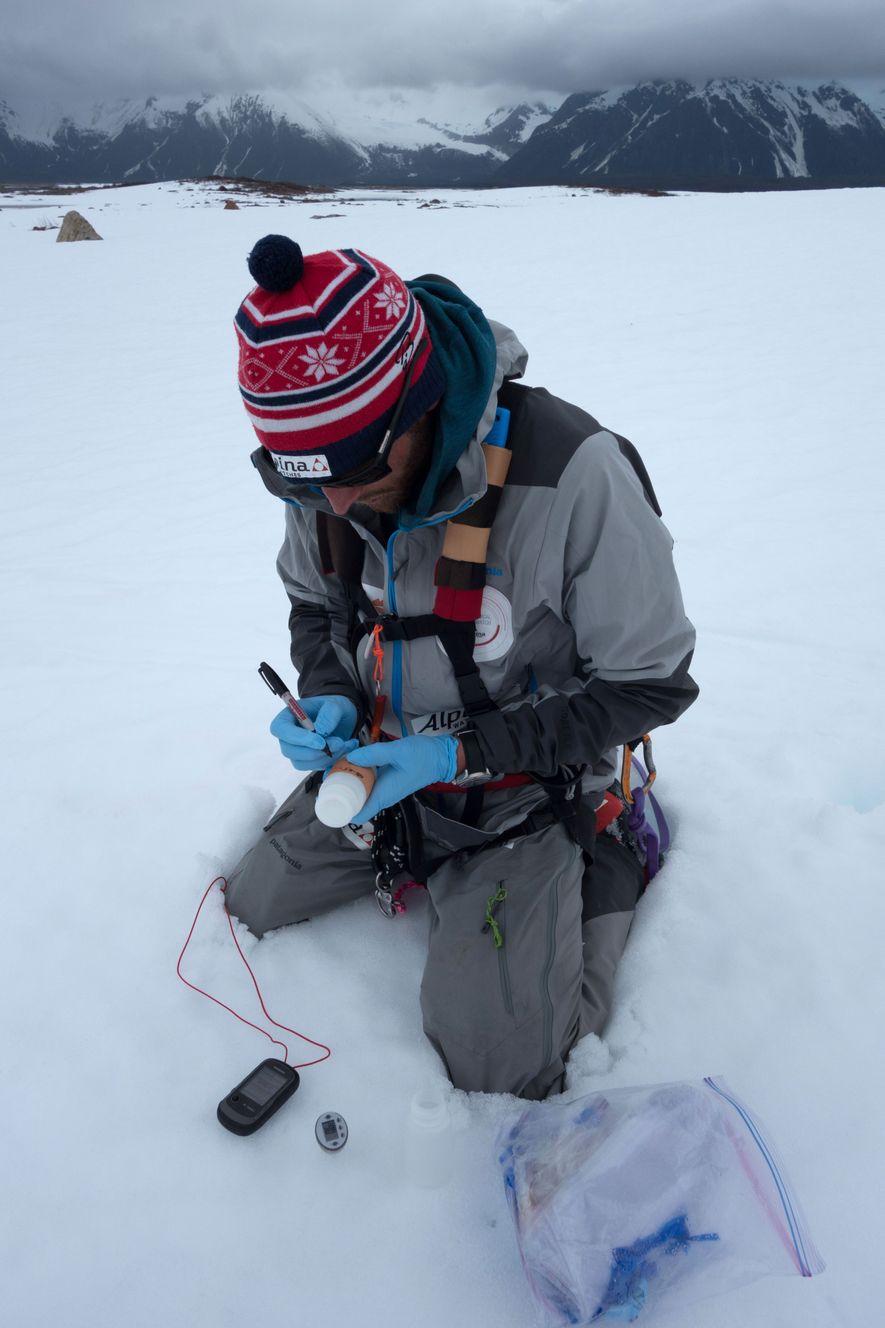 Colliard escribe la información de posición en una muestra de nieve que tomó para la Universidad ...