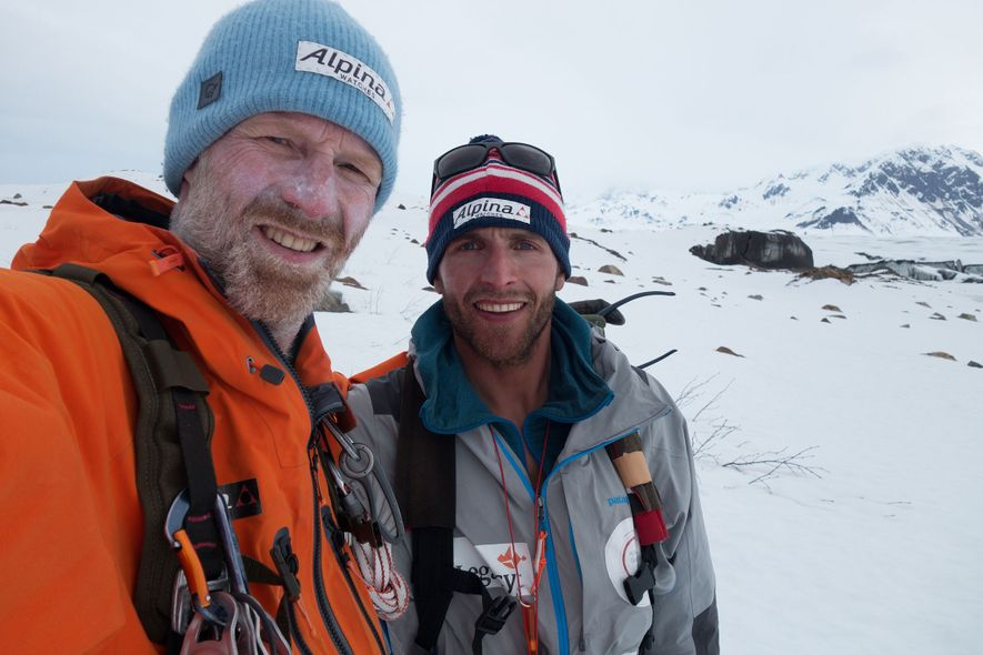 Børge Ousland y Vincent Colliard posan para una foto tras atravesar el campo de hielo de ...