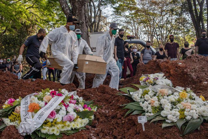 Fotografía de un entierro en São Paulo
