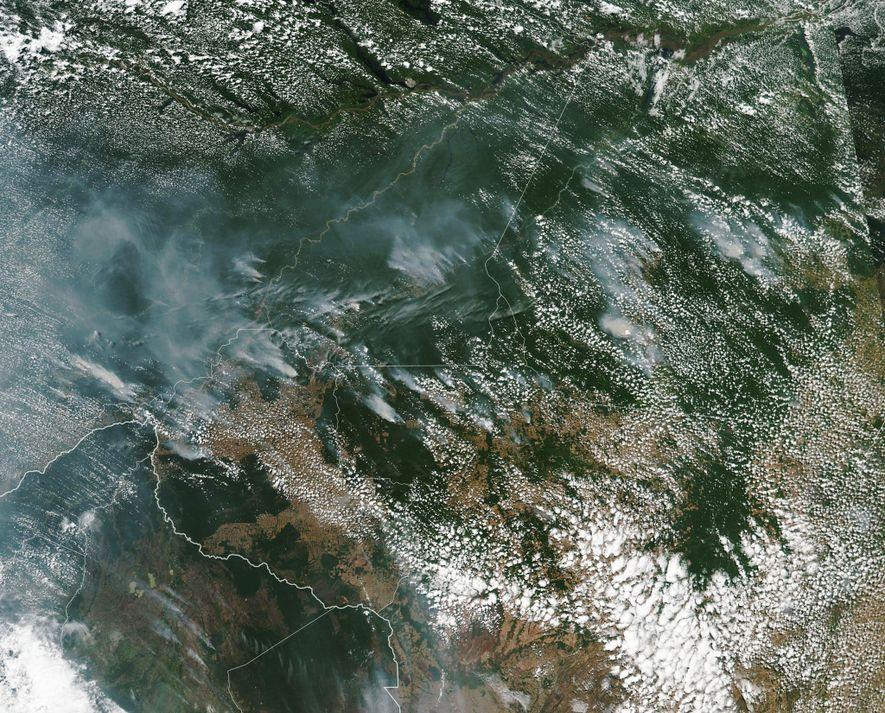 El humo de los incendios forestales del Amazonas en una imagen por satélite de la NASA.
