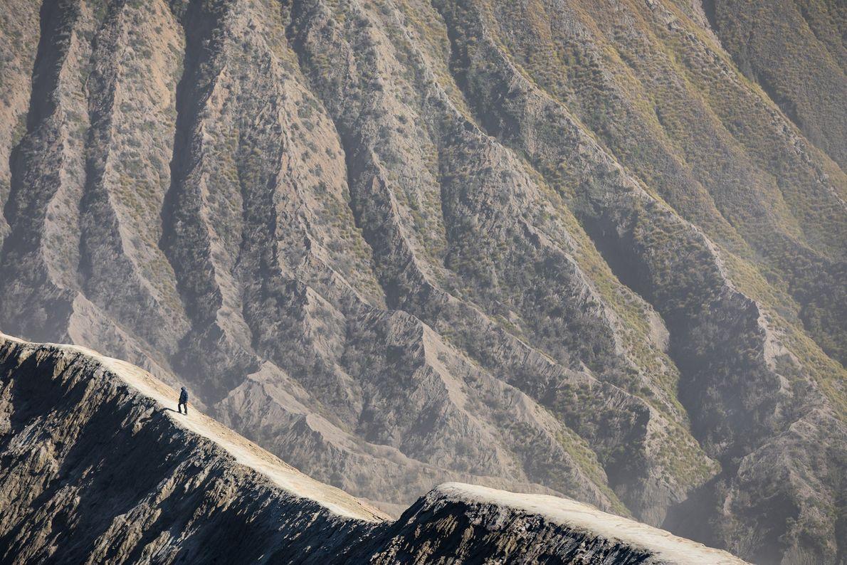 «Haciendo senderismo en uno de los paisajes más bellos del mundo cerca del borde de la …