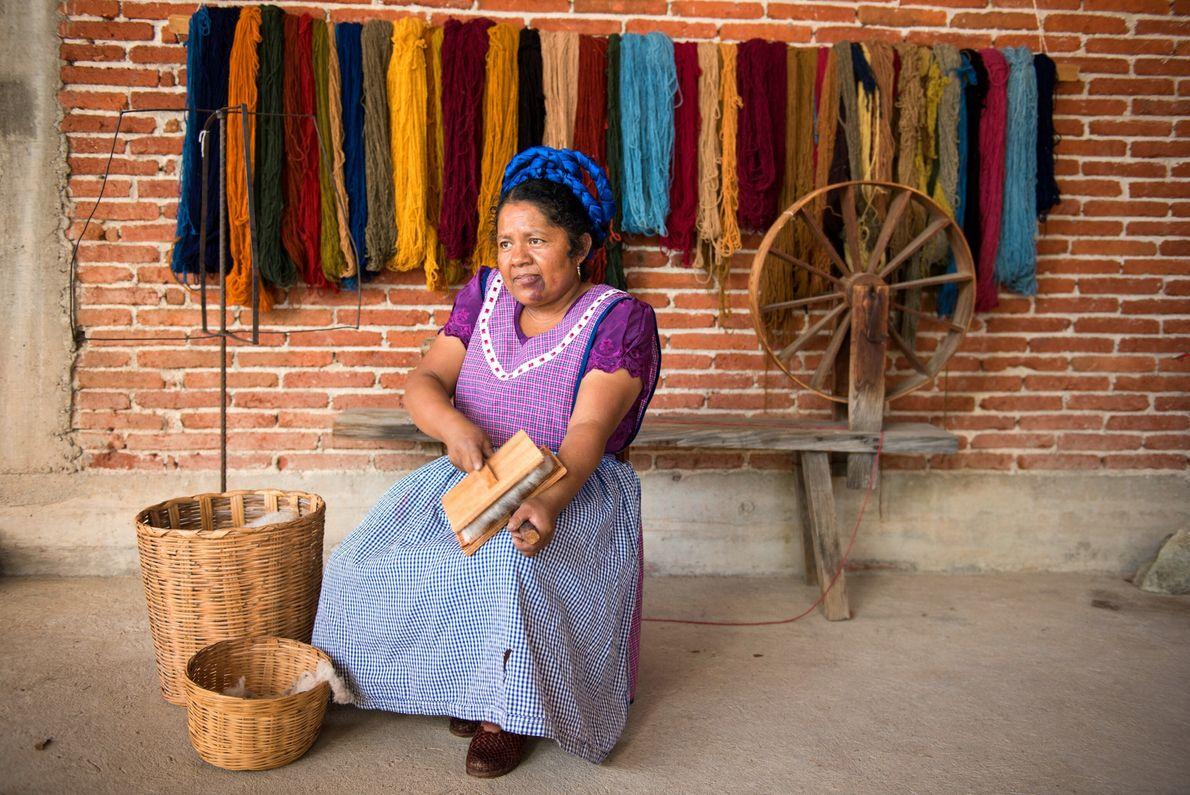 Maria Luisa Mendoza de Cruz cepilla lana