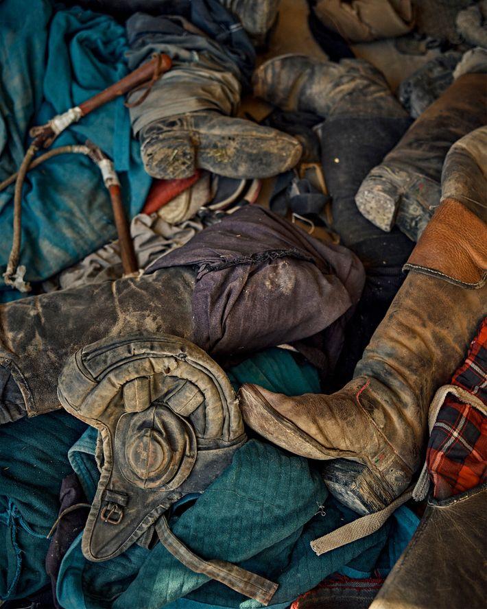 Equipo de buzkashi esparcido por el suelo