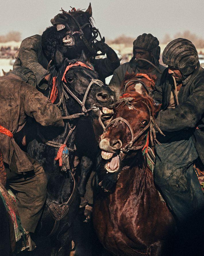 Los chapandazan se enfrentan durante un partido en Dawlatabad