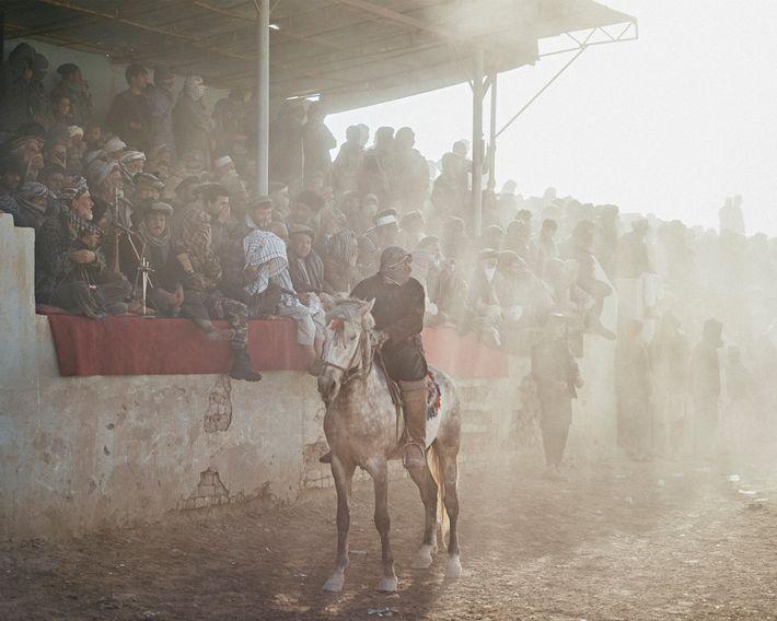Los espectadores observan un partido en Dawlatabad