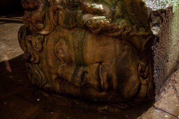 Antigua cabeza tallada de Medusa