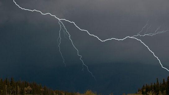 Rayos durante una tormenta en el territorio del Yukón, Canadá