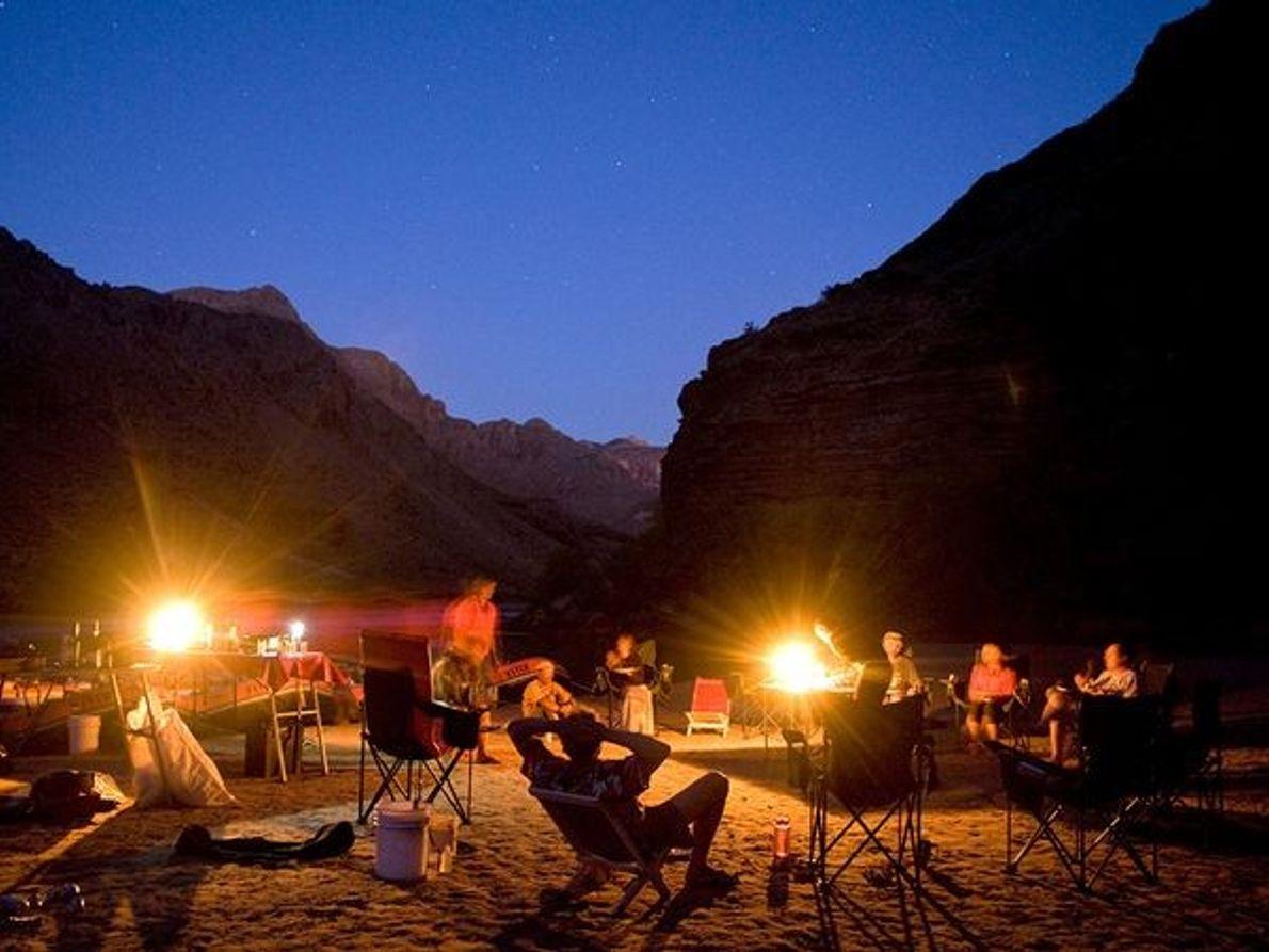 Fotografía de campistas disfrutando de una noche junto a la fogata.