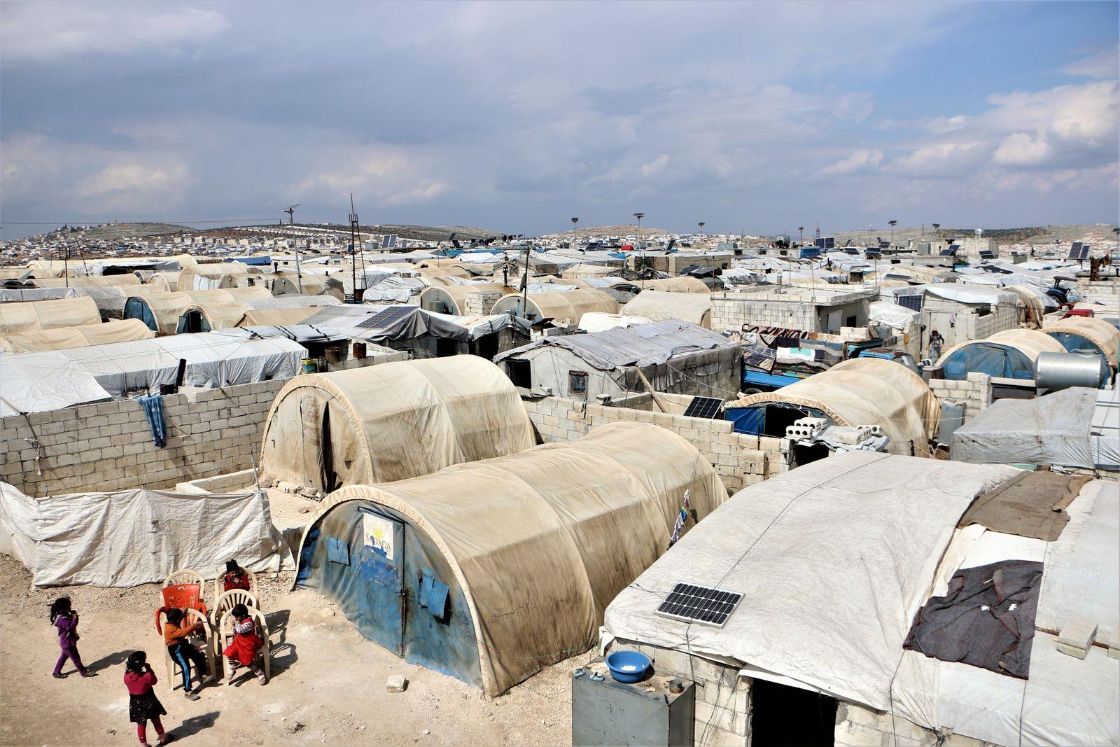 El campamento de Deir Hassan consta de varios asentamientos con más de 120 000 personas desplazadas. ...