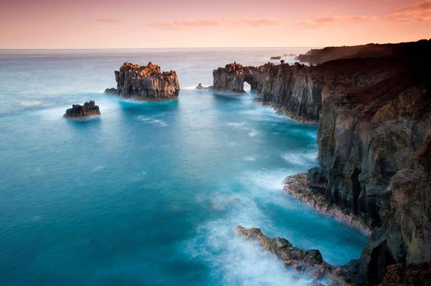 Los acantilados y las columnas de roca de la costa de la isla de El Hierro, ...