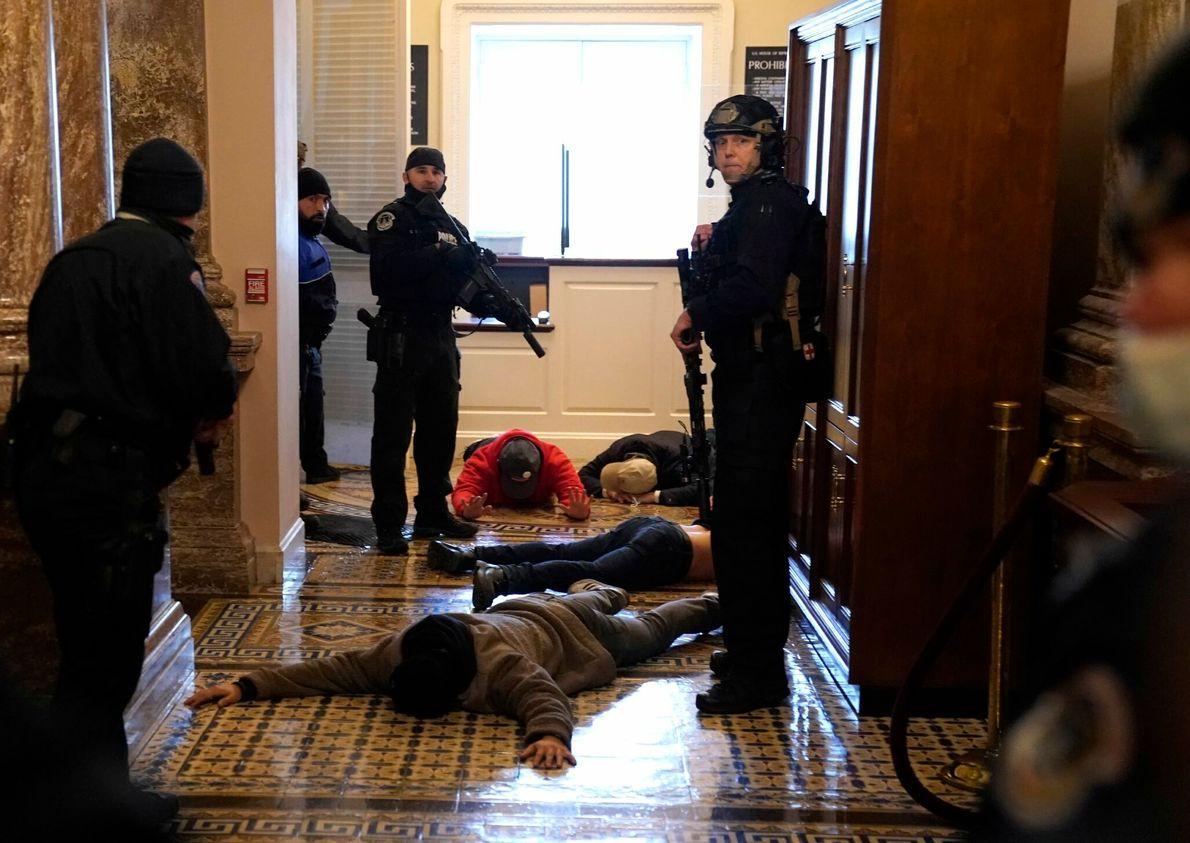 La policía del Capitolio detiene a los alborotadores