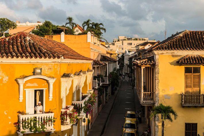 Los edificios coloniales rodean las calles del casco antiguo de Cartagena, Colombia.