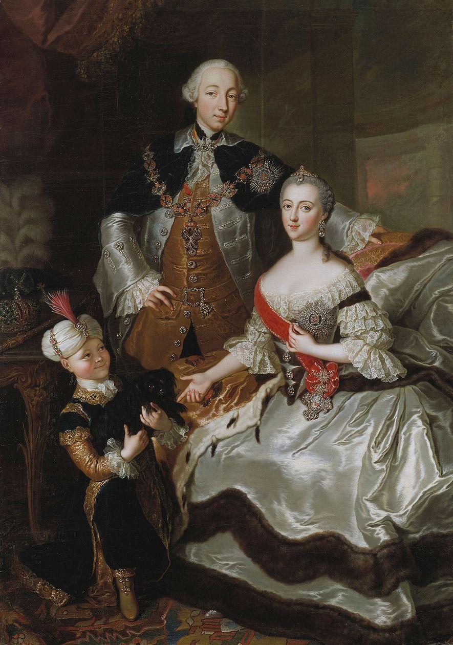 Catalina la Grande posa con su marido Pedro III y su hijo Pablo I, que posteriormente ...