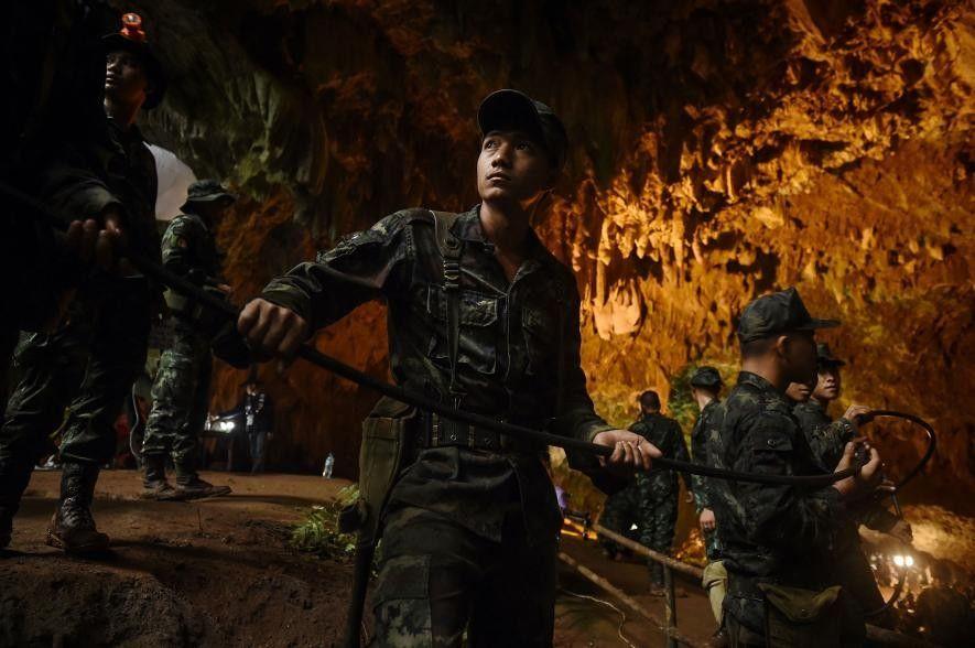 Soldados tailandeses colocan cables eléctricos en la cueva de Tham Luang durante la operación de rescate.