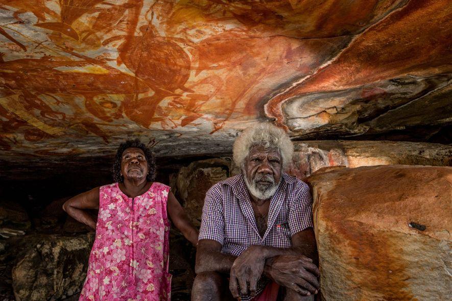 Ida Mamarika y su marido, Christopher Maminyamanja, visitan una cueva en una isla en la costa ...