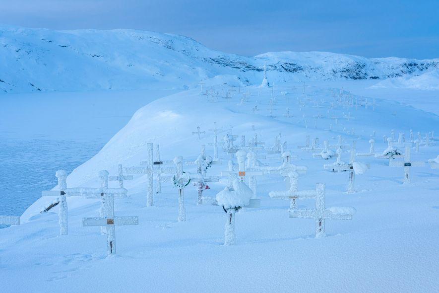 Las tumbas de un cementerio cubiertas de nieve en Upernavik, Groenlandia.