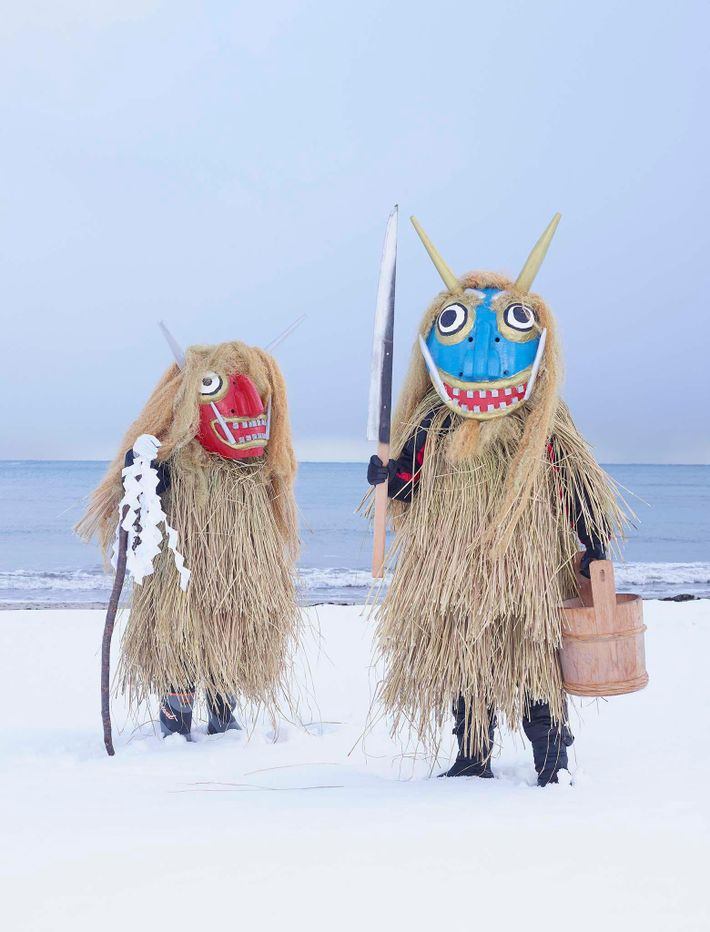 Personas con máscaras de monstruos