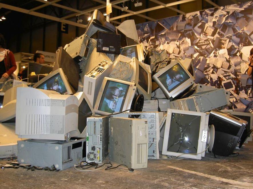 Un montón de chatarra tecnológica espera su desguace.