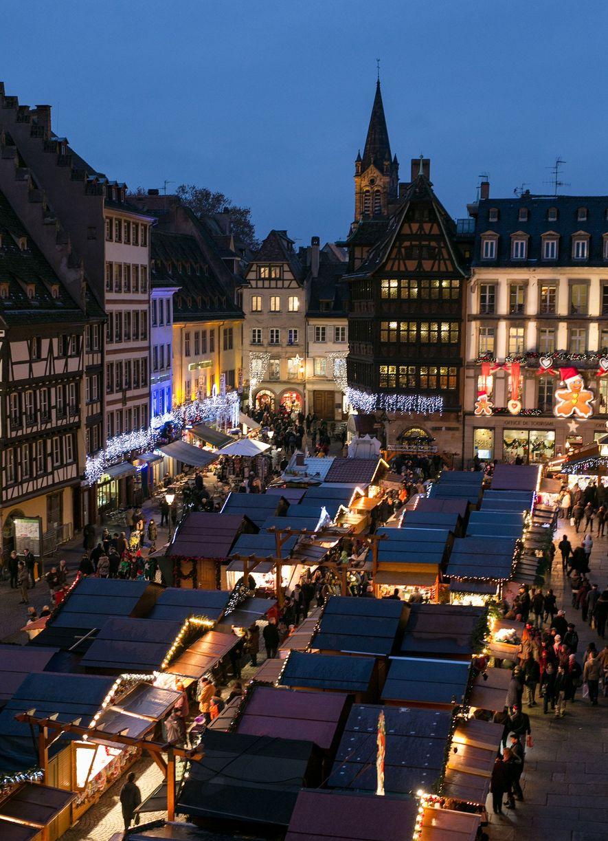 El mercado de Estrasburgo ilumina la Place de la Cathédrale.