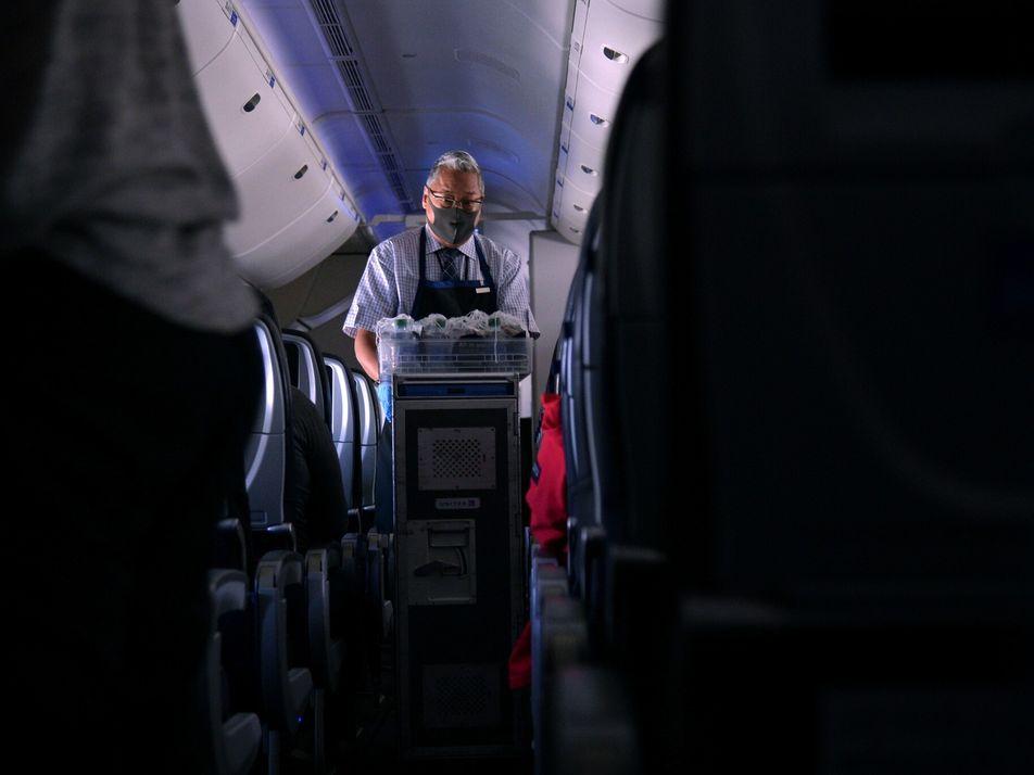 «No es nada fácil»: Así afrontan los auxiliares de vuelo los viajes durante la pandemia de ...