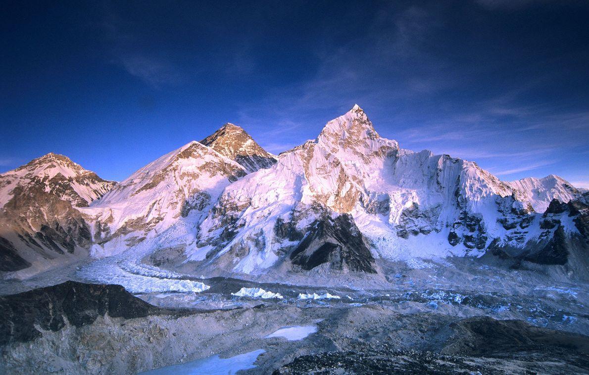 Los escaladores polacos Leszek Cichy y Krzysztof Wielicki llegaron a la cima del Everest el 7 …