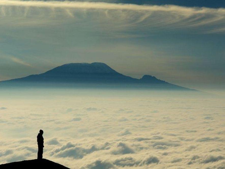 La montaña más alta de África, localizada en la frontera entre Tanzania y Kenia, está formada ...