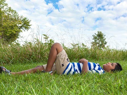 Por qué tener la cabeza en las nubes puede ser algo positivo para los niños