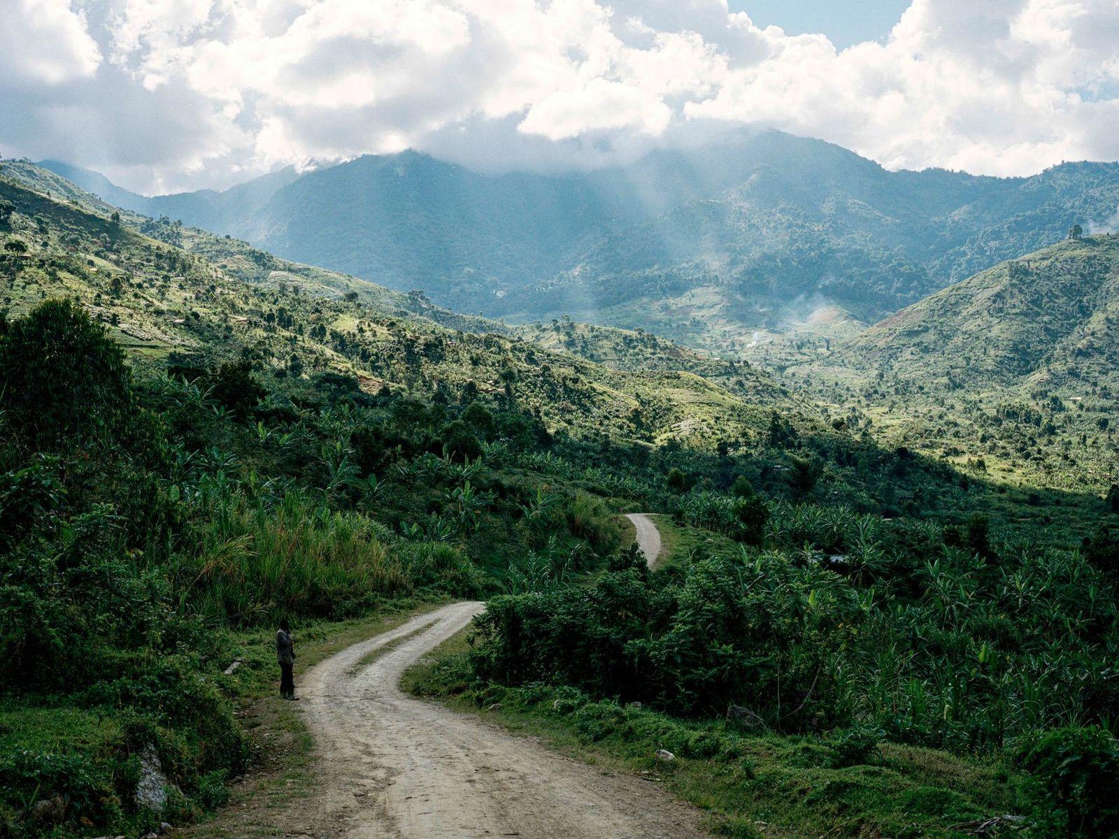 Bajo un halo de nubes esponjosas, las montañas Rwenzori obtienen su nombre de un término del ...
