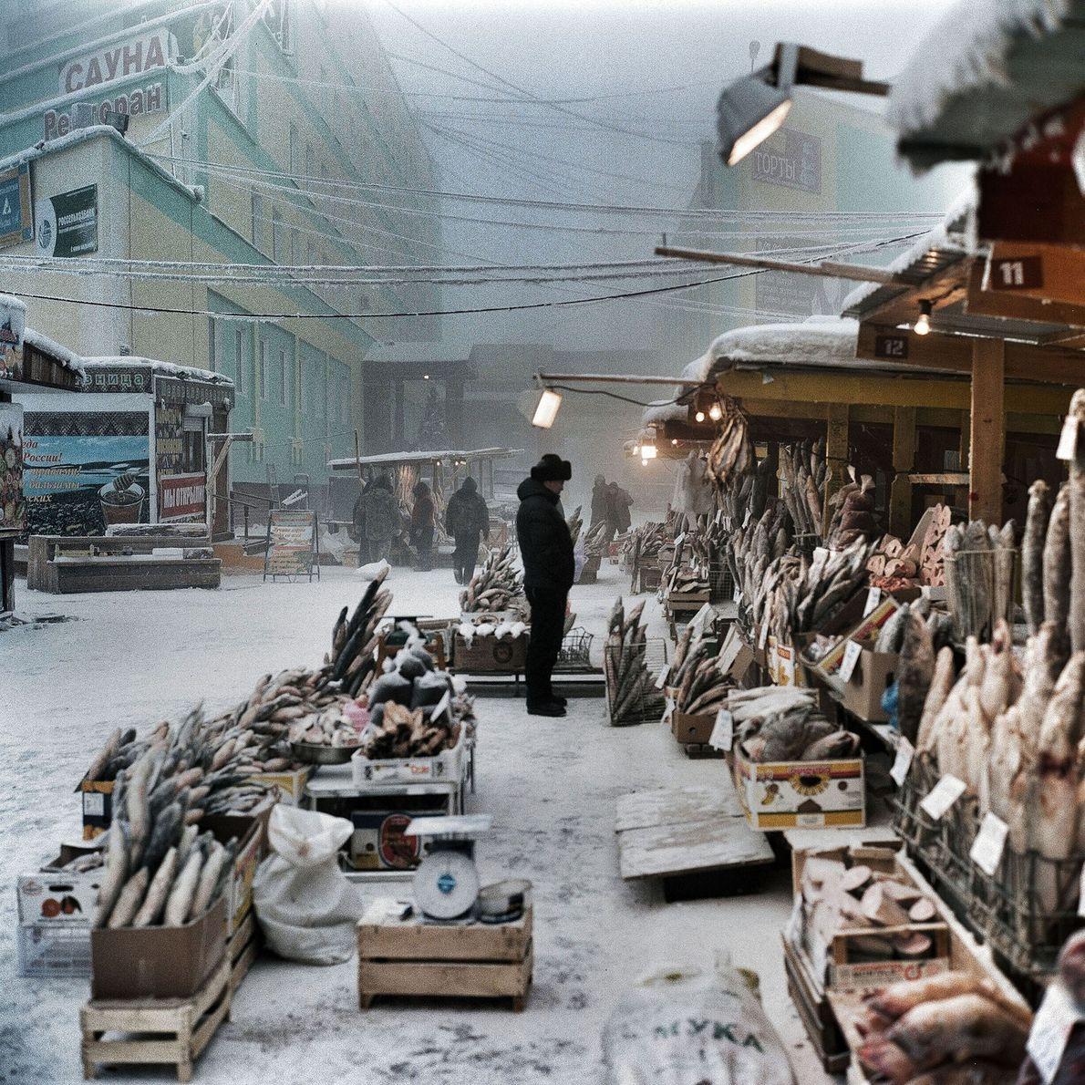 No hay problema a la hora de mantener el pescado congelado en este mercado al aire …
