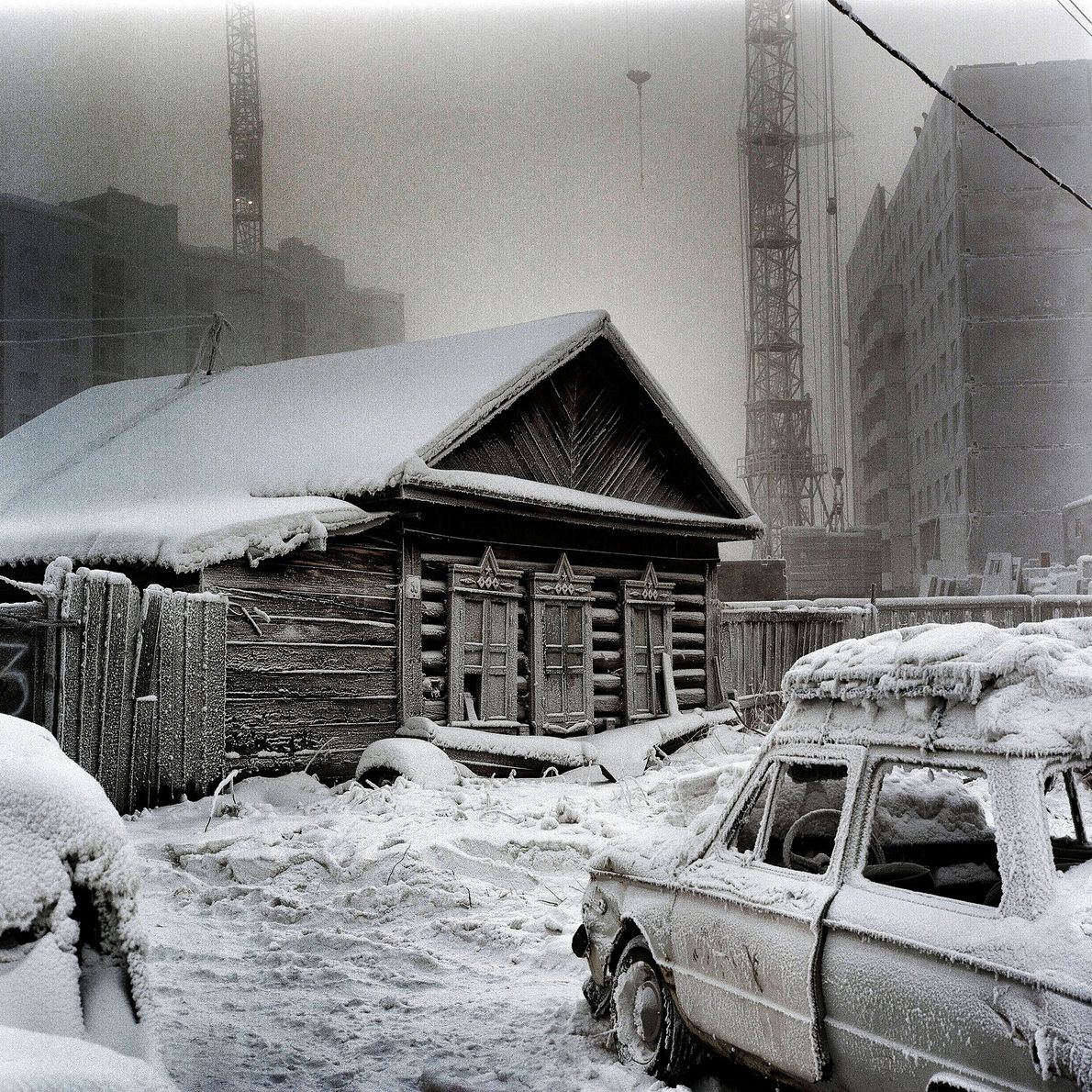 Una casa de madera tradicional siberiana yuxtapuesta con una construcción más reciente. Pese al frío, la …