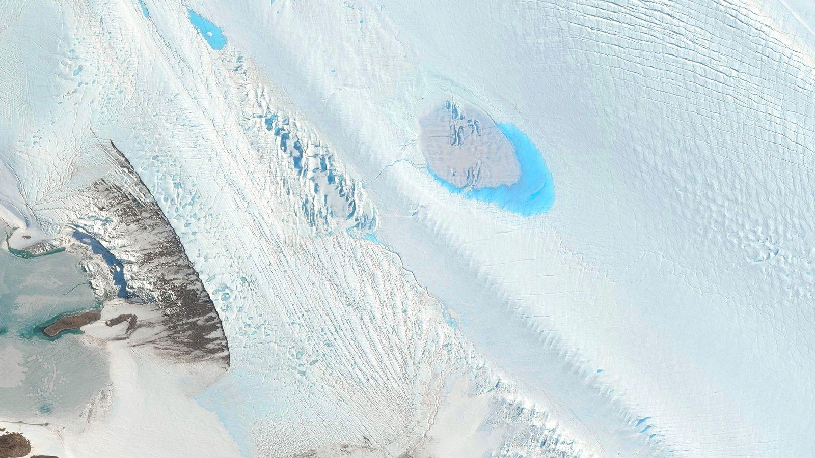 Pequeños lagos salpican la superficie del glaciar Langhovde en la Antártida Oriental.