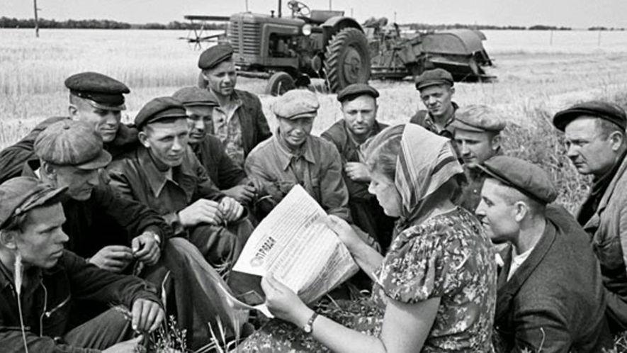Campesinos soviéticos leen las noticias en la prensa estatal.